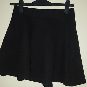 Kjol från H&M den har en dragkedja där bak vid över delen av ryggen. Den är väldigt fin och fladdrig.