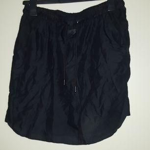 Den här fickor och man kan knyta den vid magen.