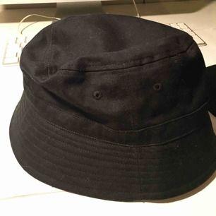 Svart buckethat. Köparen står för frakt
