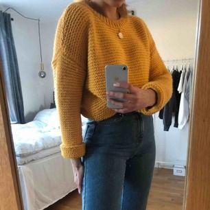 Gul stickad tröja från Bikbok 💛 Tröjan är i XS men passar även S och M beroende på hur man vill att den ska sitta!