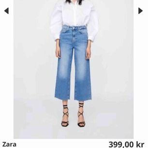 Snygga högmidjade jeans ifrån Zara. Jeansen är nästan oanvända!  Modellen är High Waist Culotte jeans! De är fransiga med flit ner till ;) Säljer till ett bra pris med tanke på att nypris är 399kr 💓