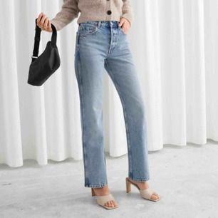 Säljer mina nästan oanvända & other stories jeans! Säljer dem pga att de är lite stora!💕 nypris ligger på 690kr! frakten ingår inte