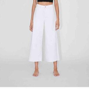 Snygga högmidjade vita Zara jeans. Jeansen är oanvända! Modellen är High Waist Culotte jeans! Jeansen är fransiga ner till med mening! Säljer till bra pris med tanke på att nypris är 399kr;) 💓