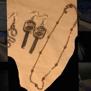 Örhängen och halsband💕 De två nyckel örhängena: 50kr (handgjorda) Orm örhänget, det är bara 1 örhänge!: 25kr (handgjord) Guld halsbandet: 30kr Skriv om intresserad 🦋🦋