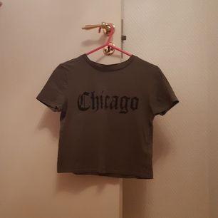 Snygg tshirt från H&M DIDIDED. Stl XS. Använd men i bra skick.