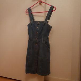 Skit snygg jeans klänning från H&M DIVIDED. Sitter ganska tigt. Använd 1 gång.