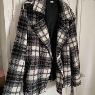 Trendig rutig jacka från Bikbok, har spännen nertill och är knappt använd🥰 oversized i modellen och jättesnygg!