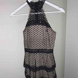 Svart/nude volangklänning från Ax Paris, använd endast en gång. Nypris för 499kr. Finns i Hägersten/Södertälje, alternativt fraktas mot fraktkostnad.