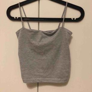 Ett vanligt grått basic linne från Gina Tricot! Med tunna band<3 30kr+frakt
