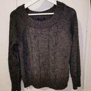 Mörkgrå stickad tröja från Lindex, använd fåtal gånger av mig. Står strl L men passar mig som har S och strl M.