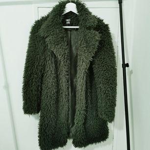 Grön jacka/varm kappa, väldigt lite använd av mig.