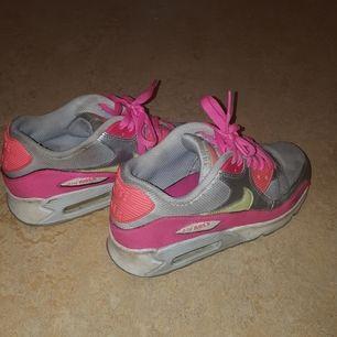 Rosa, Gul,vita Nike skor. Jag använt dem vid några tillfällen. Dem är väldigt sköna att ha på sig. De. finns i Örebro. Dem kostar 350 kr med frakt.