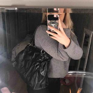Håller på att rensa ut alla mina väskor. Detta är en märkesväska från Esprit som är i en fin svart färg med en snygg rosa röd färg på insidan. 163kr och frakten ingår + det är spårbart så du ser vart paketet är någonstans.