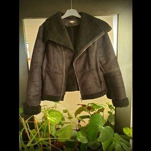 Snygg jacka från Bikbok 💫 Älskar den men behöver plats i garderoben 🤷🏼♀️ Frakt tillkommer!