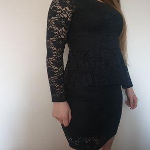 Smickrande svart klänning med volang i midjan från Monki 🤗 frakt tillkommer!