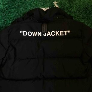 Säljer en riktigt 🔥 pga den är för liten:( Off white down jacket köpt i Nathalie Shutterman i Stocholm, är i princip helt ny med kvitto och tags Mötas up i Lund vid köp eller skickas Nypris: cirka 14 000 kr Storlek: L Mitt pris: 5500