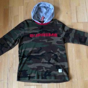 Supreme hoodie köpt i Japan på Supreme, tagen finns kvar i nacken så den är 100% äkta. Använd få gånger (1-2 gånger), Tar även emot bud Mötes i Lund vid köp eller skickas Pris: 2000 kr