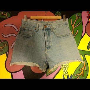 Coola jeansshorts med hög midja ☀️ säljes för att de tyvärr blivit för små för mig 😩 frakt tillkommer!