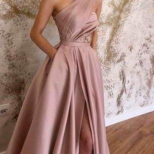 Vacker långklänning. Klänningen har en utsmyckad överdel samt ett fint fall och passar perfekt till festliga tillfällen. Använt en gång.
