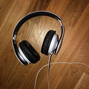 Säljer ett par jätte fina hörlurar med sladd (vita) helt oanvända bara testade ibland (köpta för 350kr)  Skriv för mer info💞