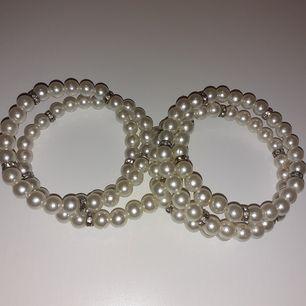 Vita pärlarmband med diamantringar. (Fejk pärlor och diamant).