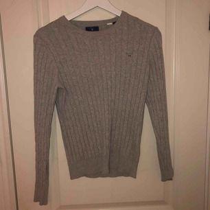 Säljer min kabelstickade tröja från Gant. Använd ett fåtal gånger och är därför i fint skick, köpt för 1300 kr💕