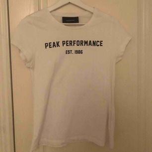 Säljer en t-shirt från peak performance, aldrig använd. Den är i XS men passar på mig som är S.