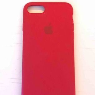 Äkta rött silikon skal från Apple. Nästintill oanvänt, något slitet hörn. (Se bild) Köpt för ca 400. Passar Iphone 7/8.