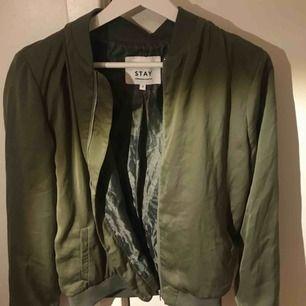 Grön bomberjacka (kostymaktig). Jätte bra skick och frakt tillkommer❤️