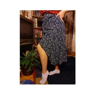 Lång blå/blommig kjol med slits, antingen vid höften,eller framifrån. Jag köpte den i Italien 🇮🇹 denna sommar, använd 1 eller 2 gånger i sommar innan det blev för kallt. Jag är 1,67 lång och 100 cm runt midjan. 95 cm lång. Nypris 42 Euro. Storlek XL