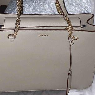 Tänkte nu sälja min nästan oanvända äkta DKNY väska då den inte kommer tillräckligt med användning. Väskan är köpt från Nk i Stockholm och är använd ett fåtal gånger ca 5, så den är nästan i nyskick