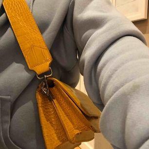 Säljer min supersnygga väska från zalando. Avtagbart band!💓