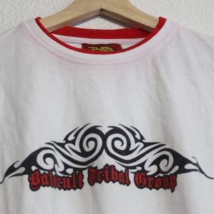 Long sleeve tee fr BatsCult med tribal tryck på ärmar och bröst. I väl användt skick. Men ff skitnajs. Stl L. Snygg som oversize. Frakt 44kr