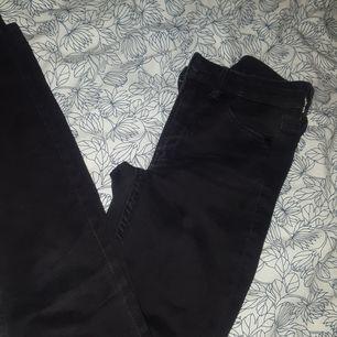 Jeans från Monki. Var tvungen att sälja dem för att dem var för små. Byxorna var väldigt små i midjan. Dem har varit använda ett par gånger. Rätt sköna nät man tar på sig dem.