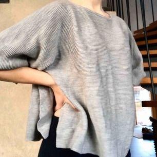 """Grå tröja i """"boxig"""" modell från COS strl S Fint skick"""