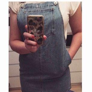 Klänning i jeans med hängslen och fickor! ✨ Från New Look Petit strl uk10/eu38 (skulle säga den är som en 36a) men den är tyvärr i kortaste laget för mig. Bara använd en gång. 📬 Frakt: 63 kr