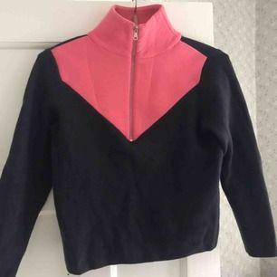 Så snygg och cool tröja som tyvärr blivit för liten för mig! Marinblå nertill och rosa upptill i lite annorlunda material. Använt men fint skick