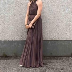 Balklänning använd en gång i fint skick! Den är lång i modellen. Jag är 180 och den satt perfekt med sneakers.