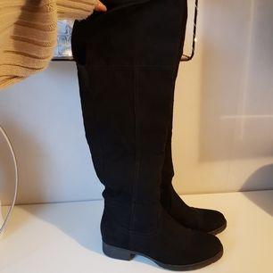 Säljer dessa höga svarta stövlar i mocka men liten klack. På mig som är 159 så är dom precis över knäna. Storlek 36⚡ säljer för 250 för dom är bara använda 3 gånger