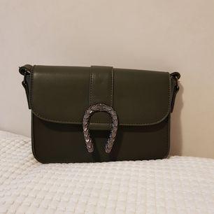 Säljer denna snygga gröna väska som har ett tillhörande långt band, säljer för 100 kr⚡aldrig använd