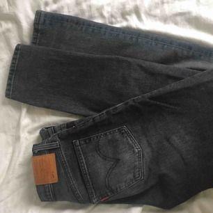 As coola grå levis jeans i modell 501, de sitter ej taight längst ner och är knappt använda så typ i ny skick.