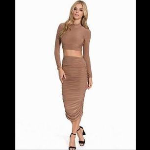 Tvådelat set i beige/camel med crop top och smickrande kjol 😻 Är i storlek L men pga det stretchiga materialet så tror jag absolut att det skulle passa även en M, kanske till och med S 😊 Frakt tillkommer!