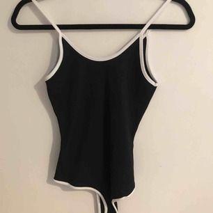 Jättesnygg body/linne i svart med vita detaljer! Aldrig använd💓💓