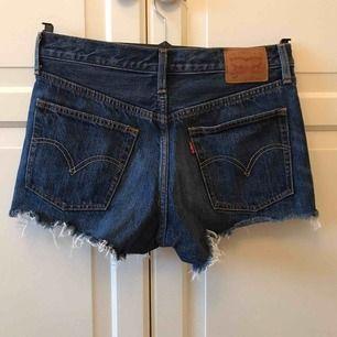 Ett par Levis shorts, står ingen storlek men skulle tro att den passar nån som är XS eller mindre! Sparsamt använda🥰  Frakt tillkommer📦