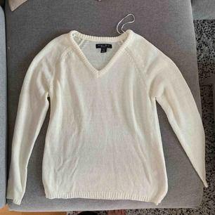 En fin lite tunnare tröja. Jättefint att ha över långkjolen i vår/sommar 🌸 Bild med passform i DM ✨