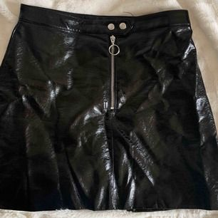 Snygg skinn kjol som endast är använd vid ett festligare tillfälle. Säljs pågrund av att jag inte får användning av den tyvärr