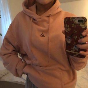 En oversized, mysig hoodie! Köpt på carlings, i storlek M. Knappt använd och så gott som ny. Fin rosa färg med en läcker detalj. Frakt tillkommer och betalning sker via swish.