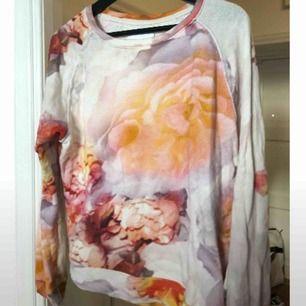 Cool tröja från Samsøe & Samsøe. 100 % bomull, fint skick. Storlek XS men stor i storleken så passar upp till M. Se gärna fler annonser på min profil :)