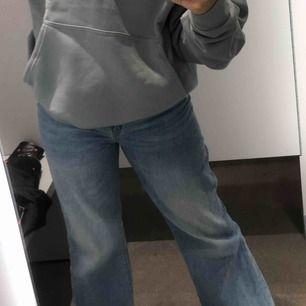 As najs jeans med en snygg blå färg. Modellen är wide High Waist. Det tillkommer ett jeans skärp som ni ser på andra bilden som är möjligt att ta av och sätta på. Hör av er vid intresse!!