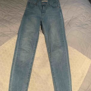 Mile High super skinny 25 från Levis. Jättefin ljusblå färg nu till sommaren💙 (inklusive frakt)